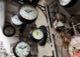 A0218 – Verschiedene Uhren und Puppen